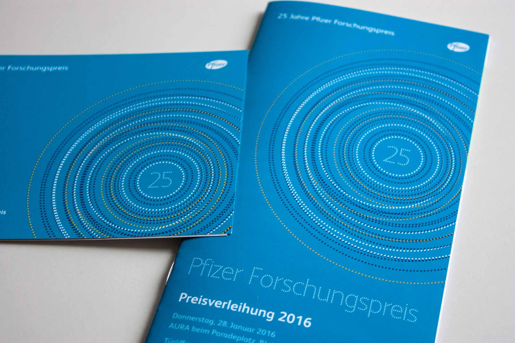 Broschuere und Klappflyer fuer das 25-jährige Jubilaeum des Pfizer Forschungspreises