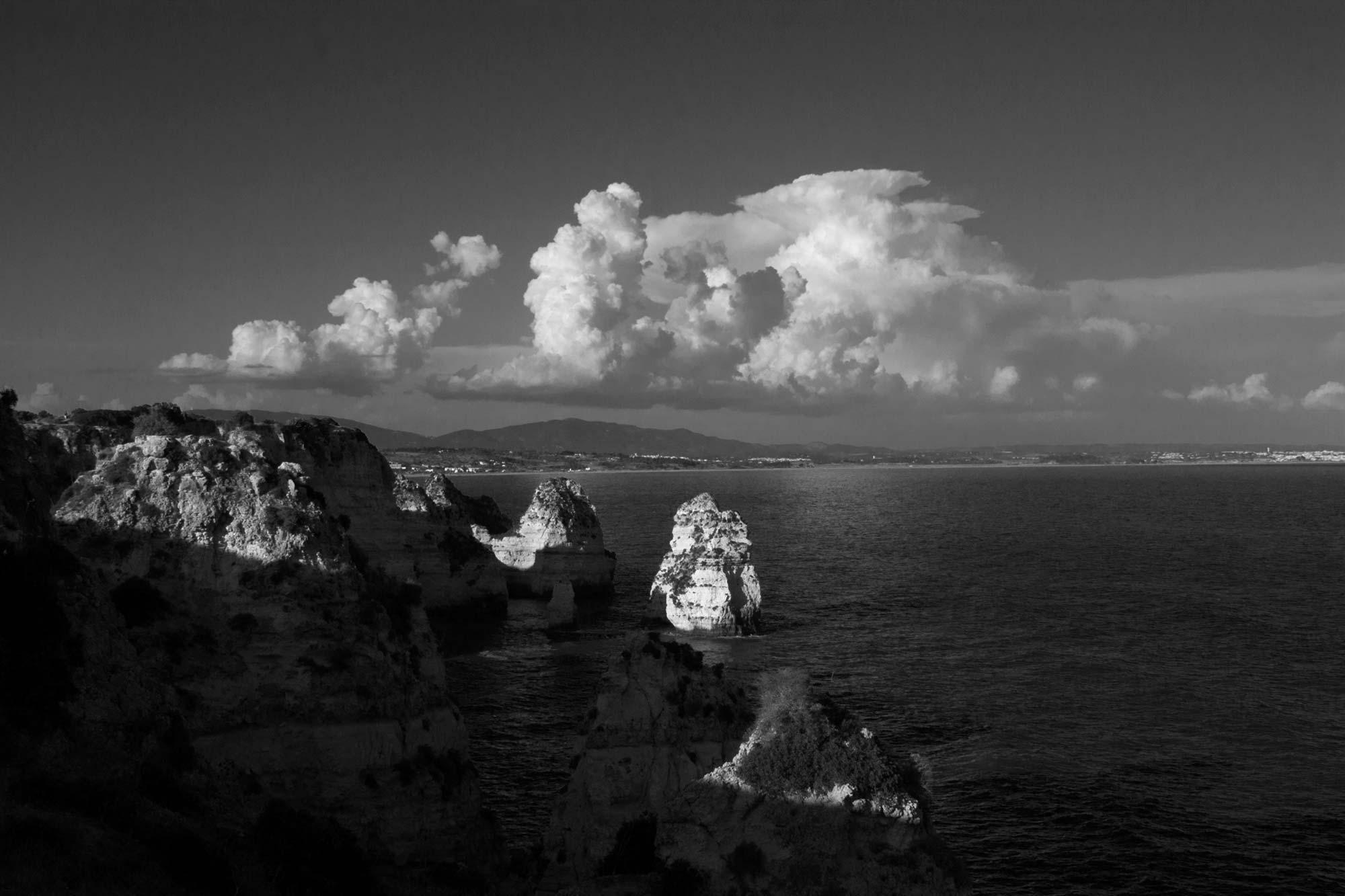 Blick von der Küste aufs Meer mit Wolkenformation, Algarve