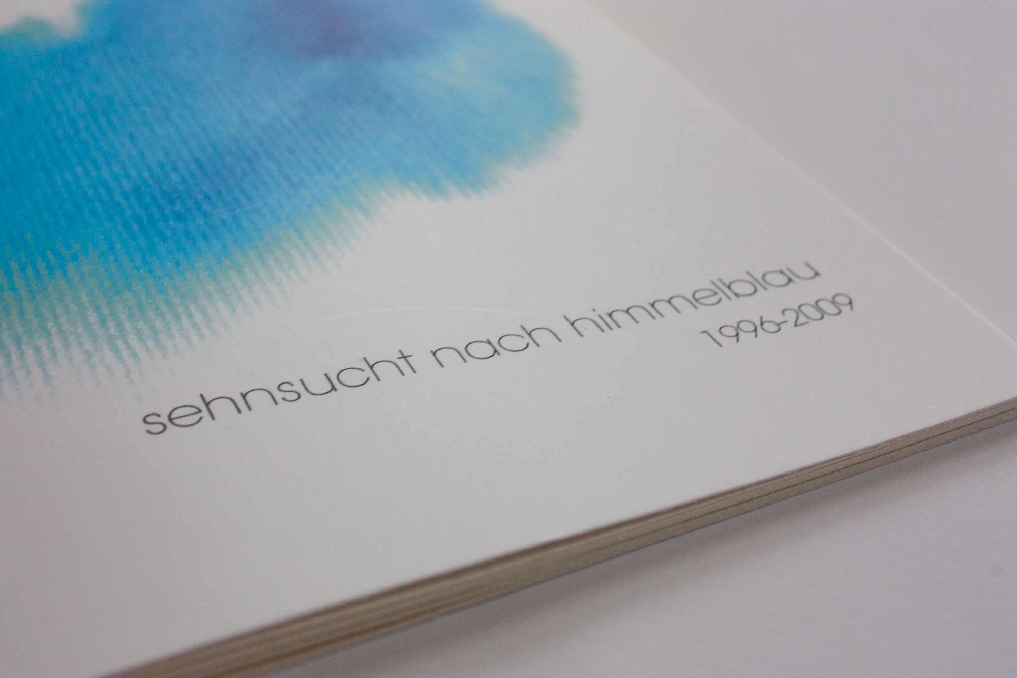 Buchcover mit abstraktem Aquarell in blau