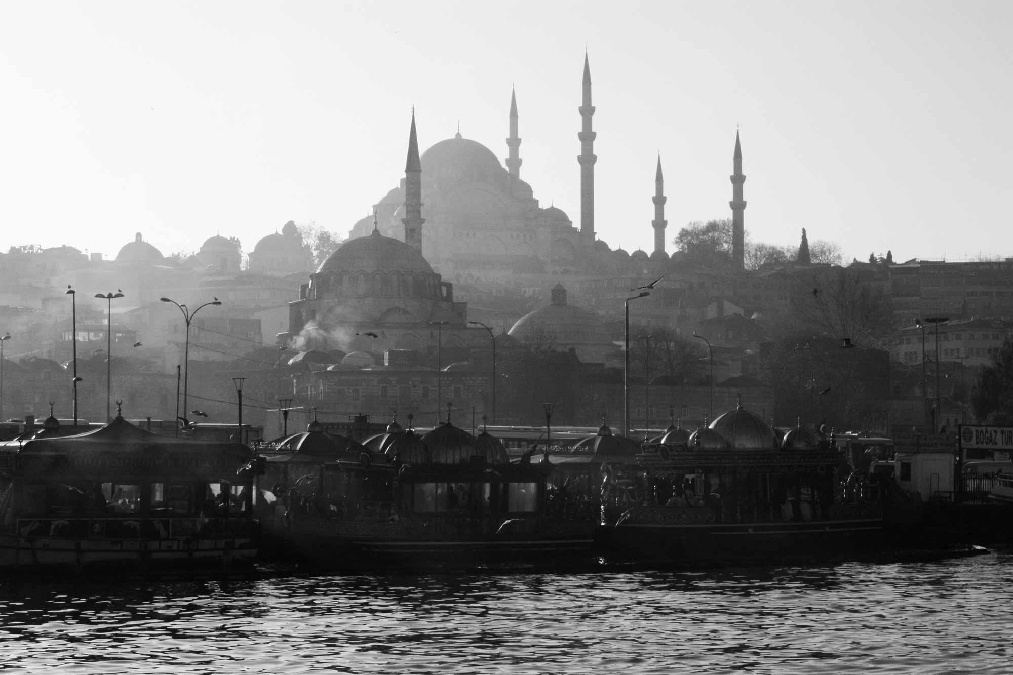 Blick von der Galata-Brücke auf Moscheen in Istanbul