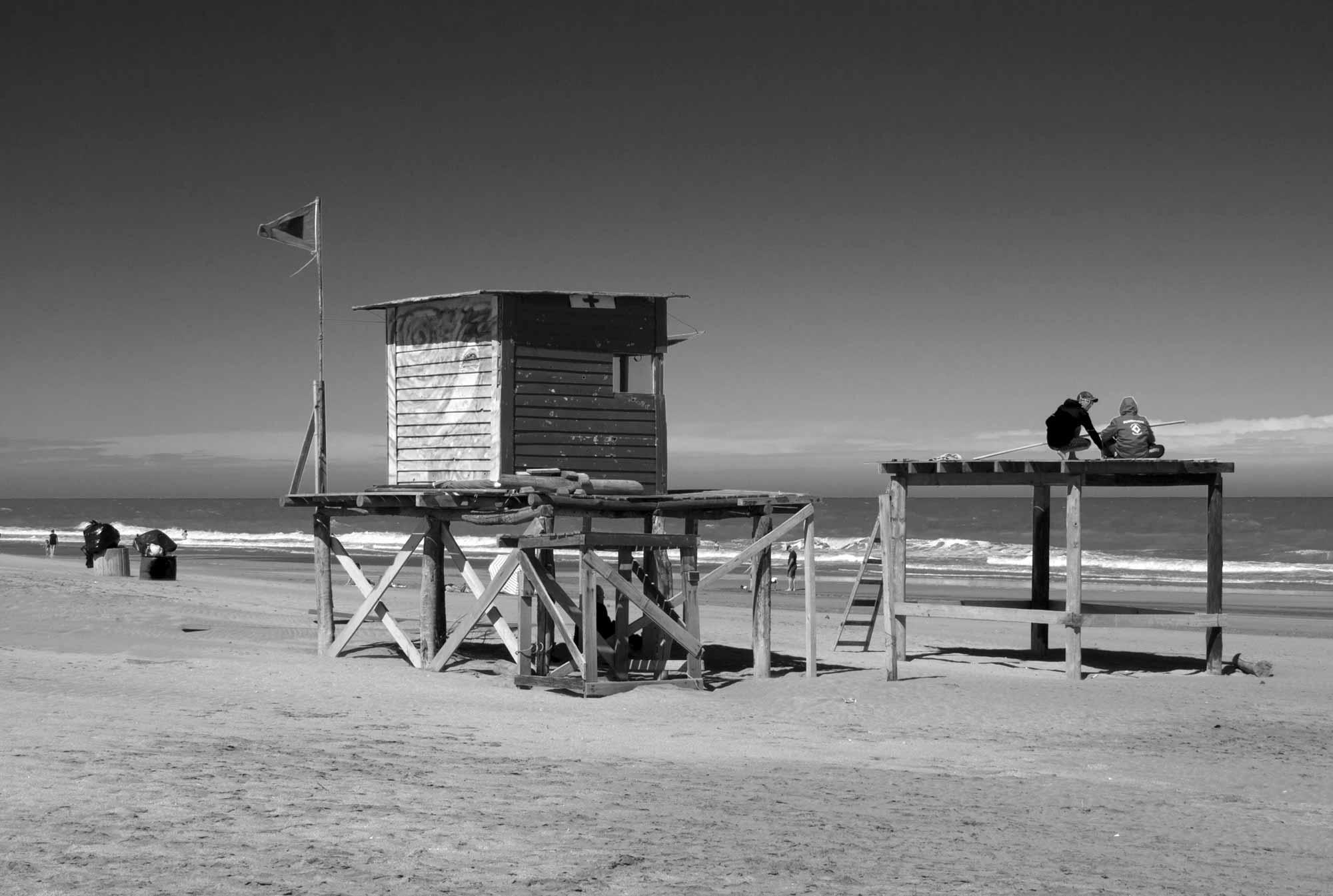 Strandausguck aus Holz auf Pfählen am Strand von Mar de las Pampas, Argentinien