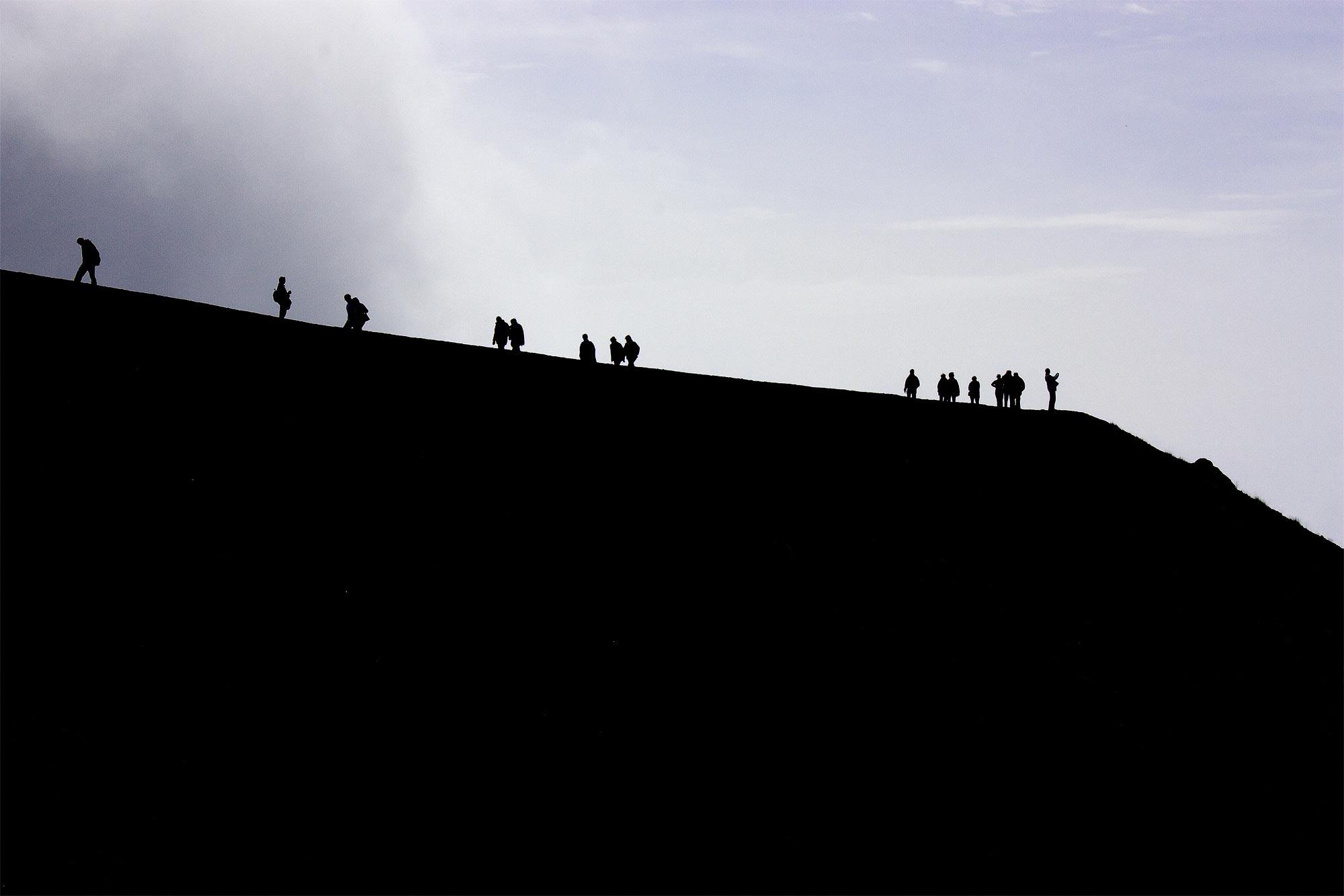 Gegenlichtaufnahme: Menschen am Kraterrand, Aetna, Sizilien