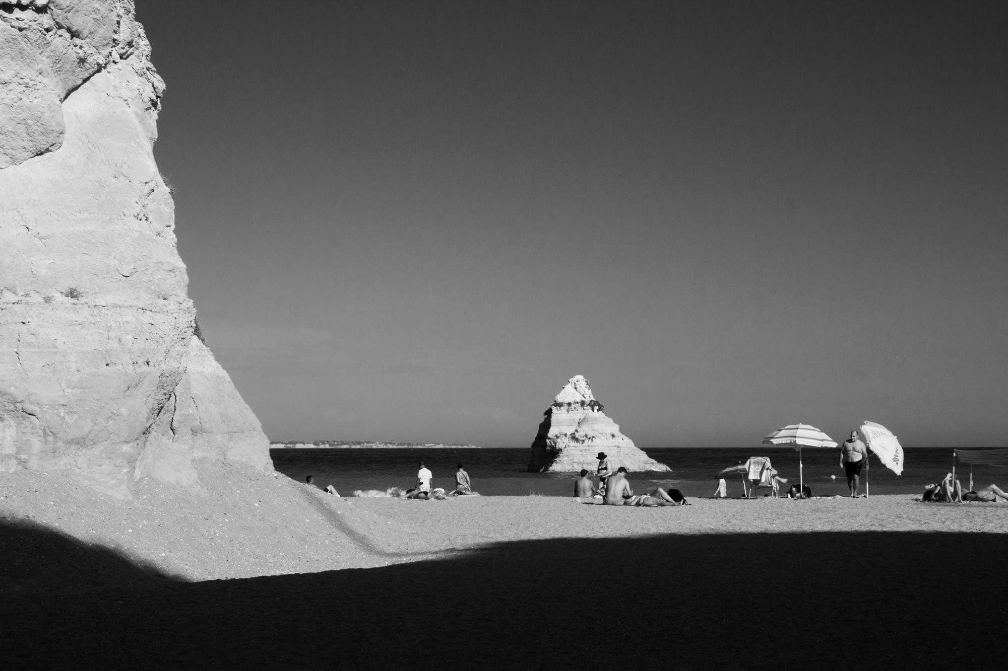 Strandleben mit Licht und Schatten, Algarve