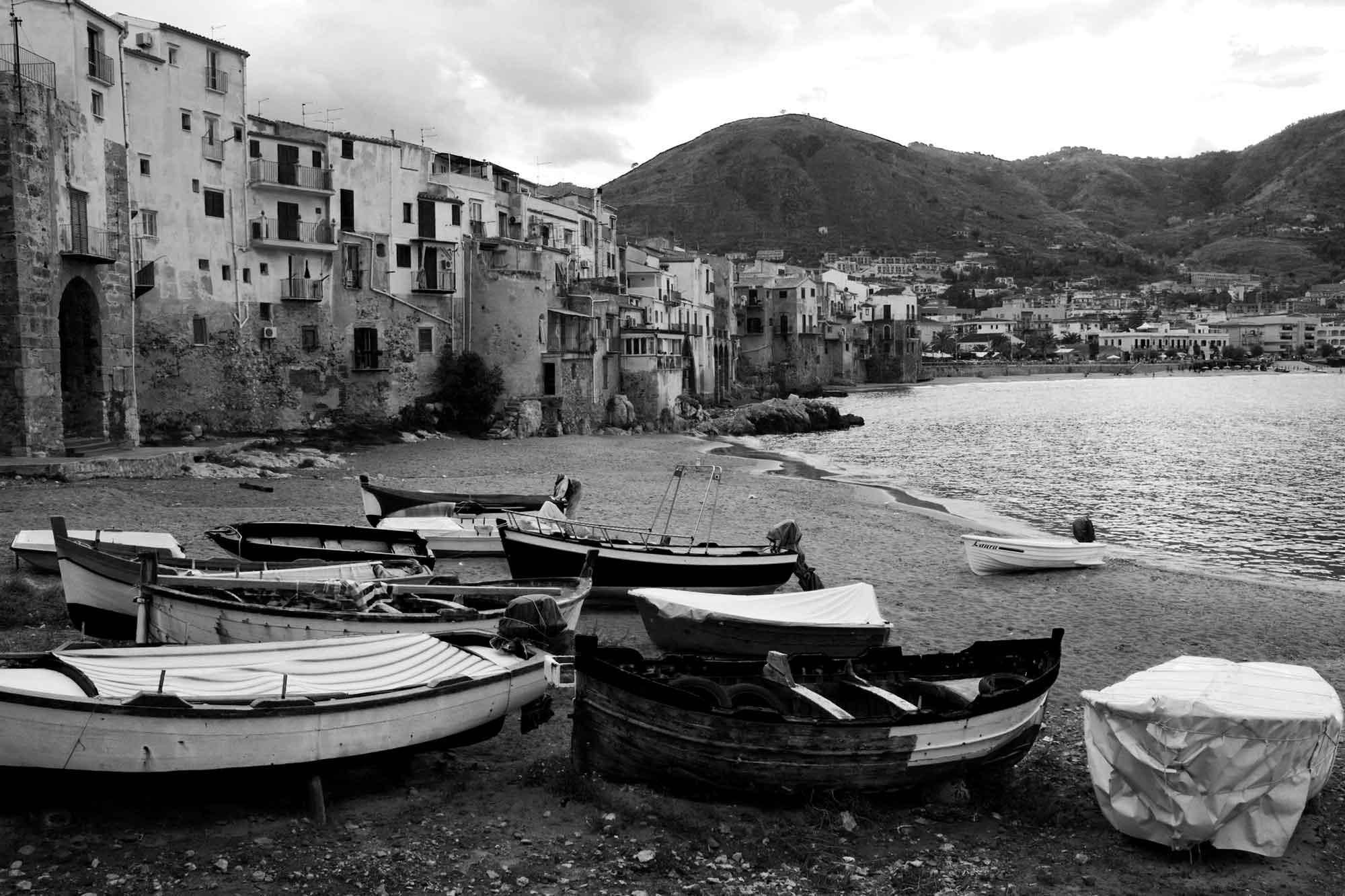 Ruderboote am Strand von Cefalù vor alter Stadtkulisse