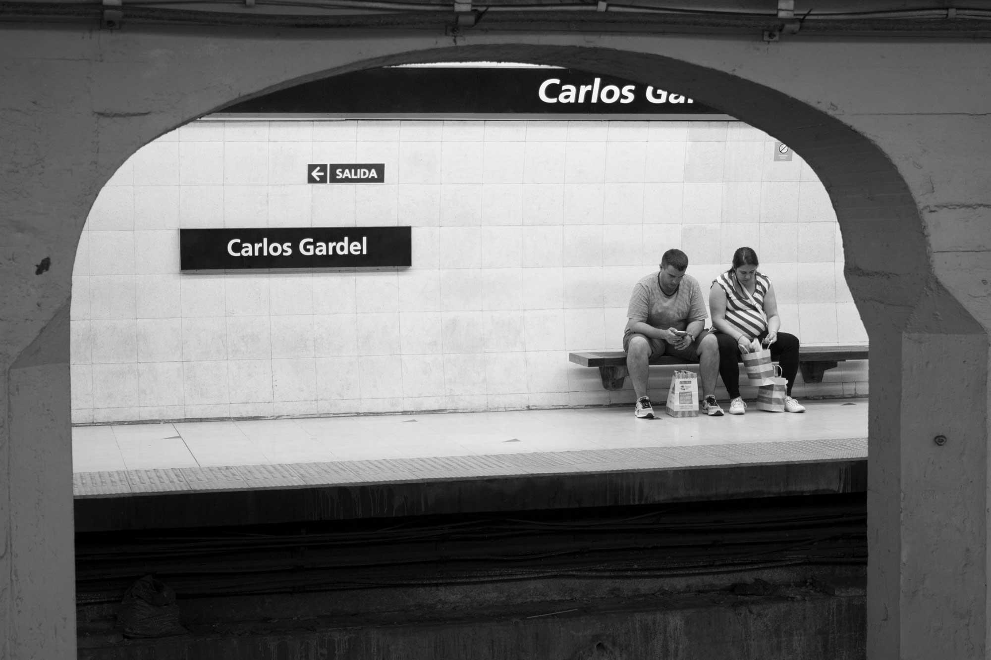 wartendes Paar am Bahnsteig in der U-Bahn in Buenos Aires