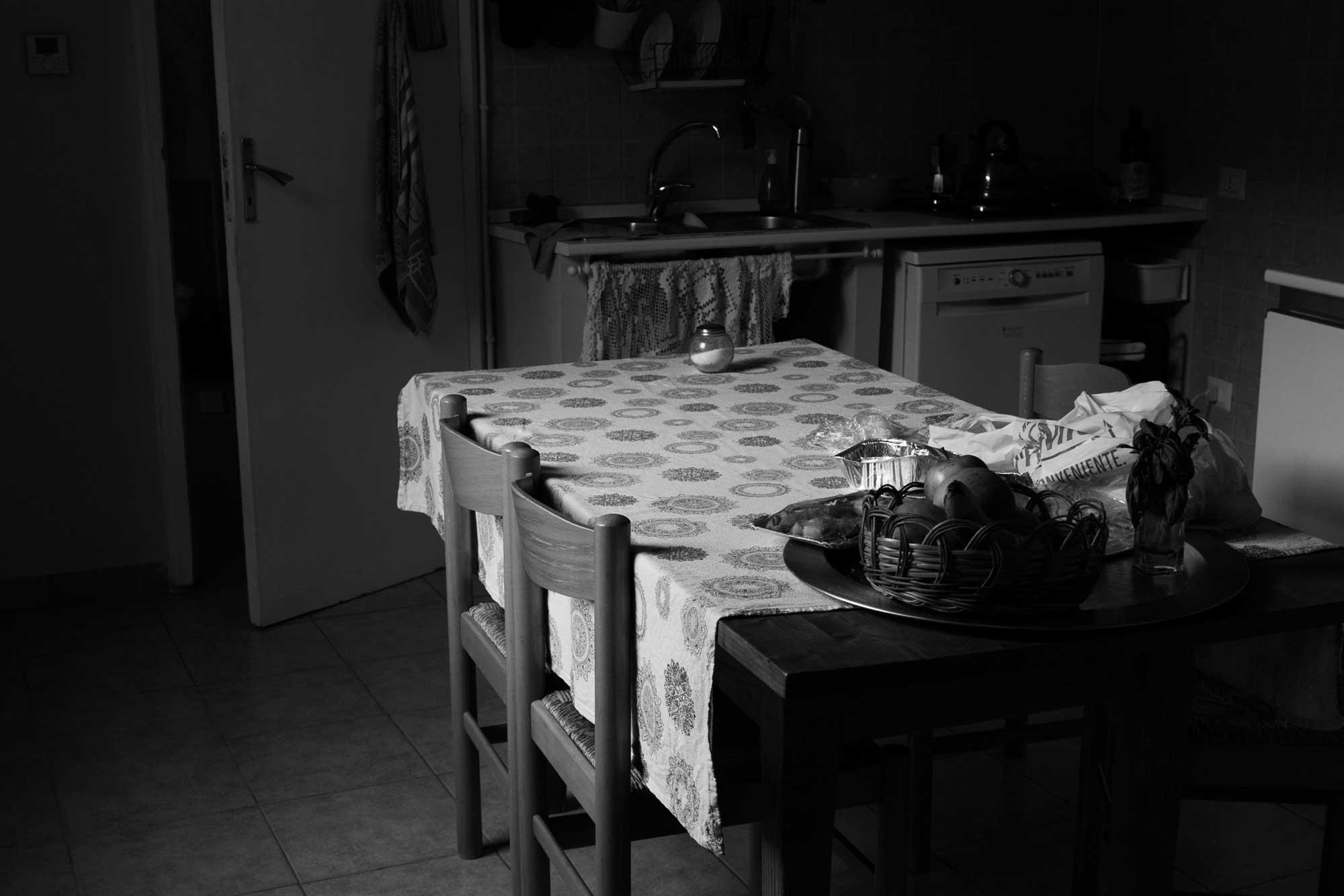 Stillleben in Küche mit Licht und Schatten, Wohnung in Cagliari