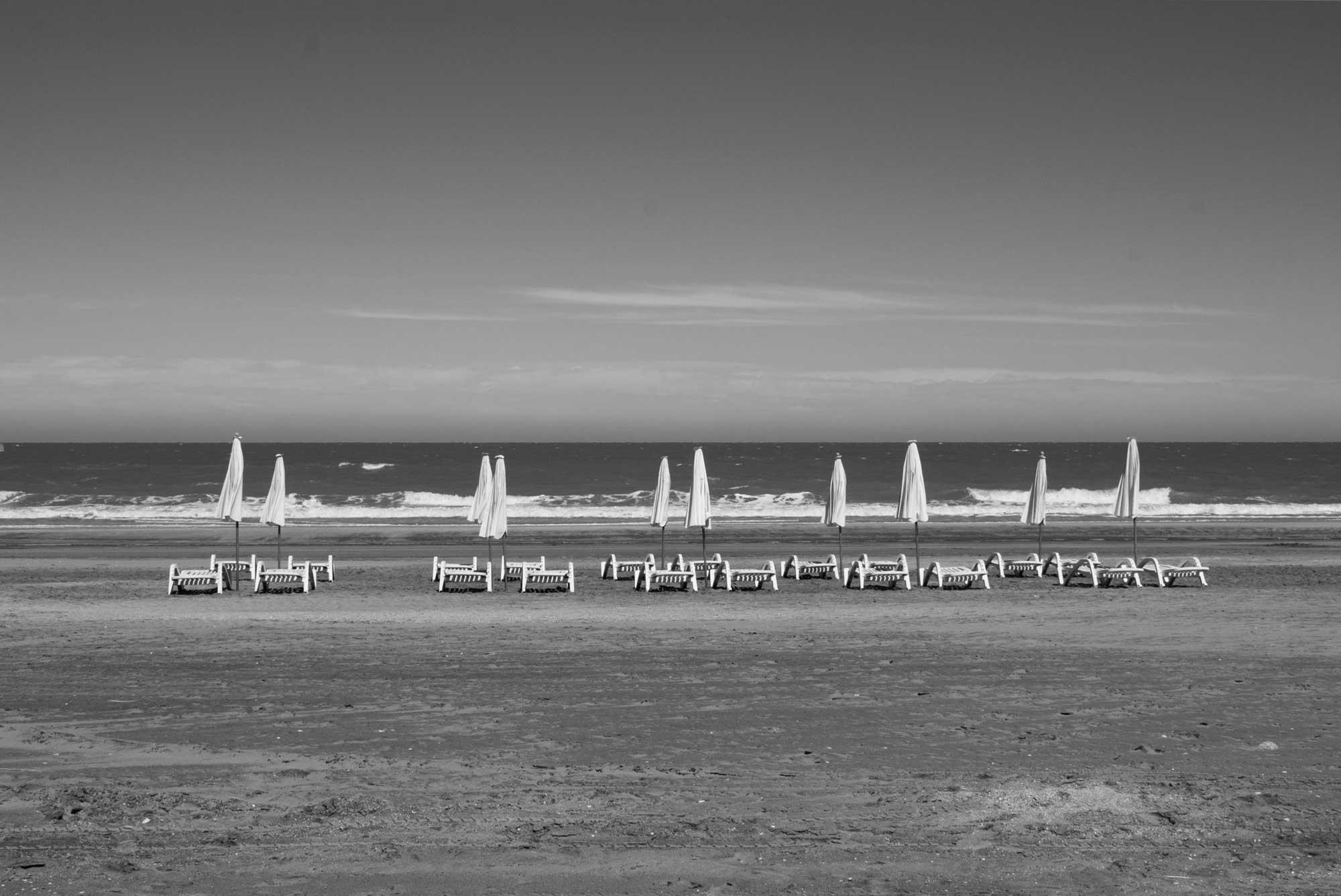 Strandliegen und Sonnenschirme bei bedecktem Himmel, Mar de las Pampas, Argentinien