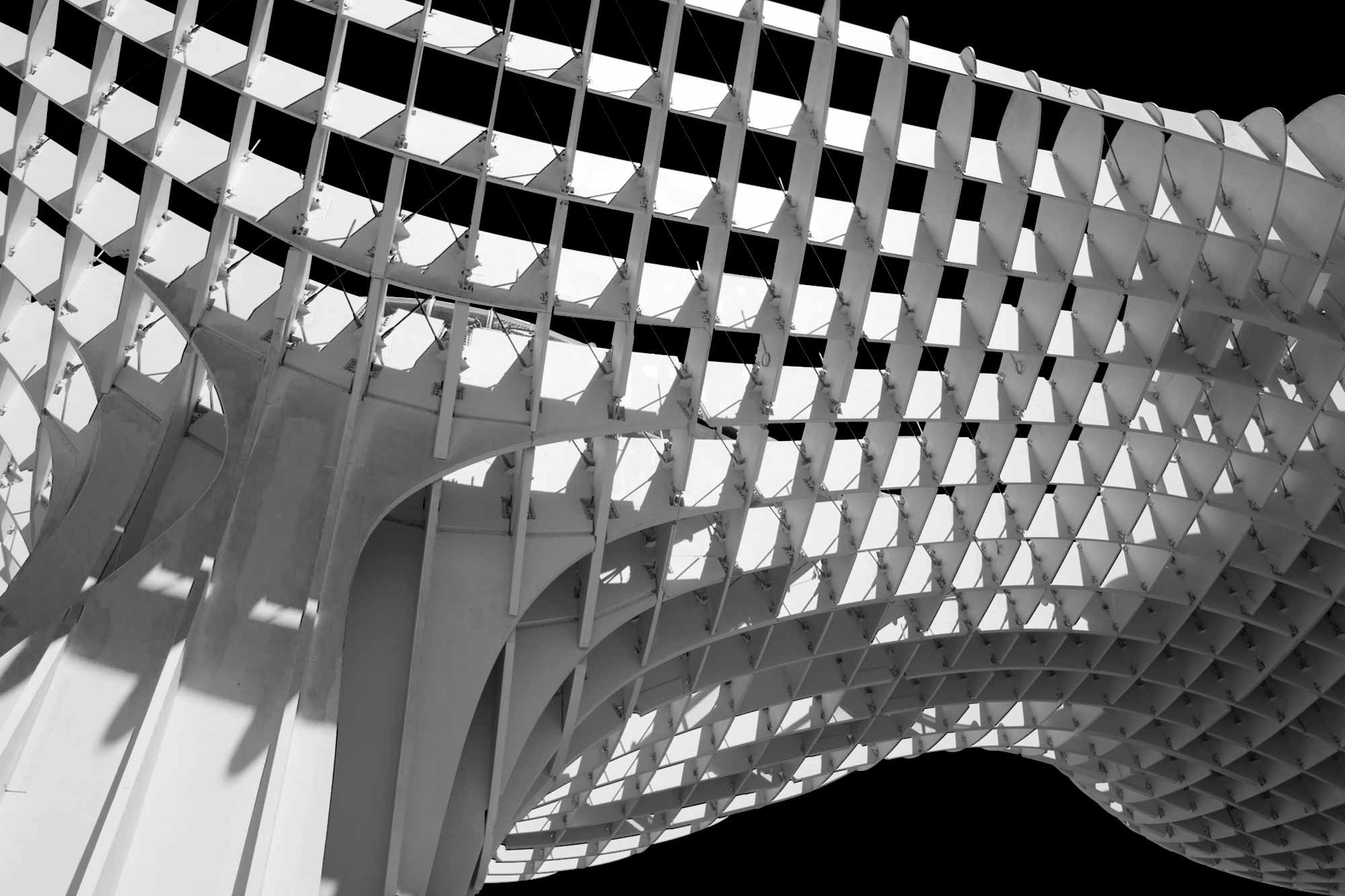 moderne Holzkonstruktion mit stoffbezogenen Paneelen