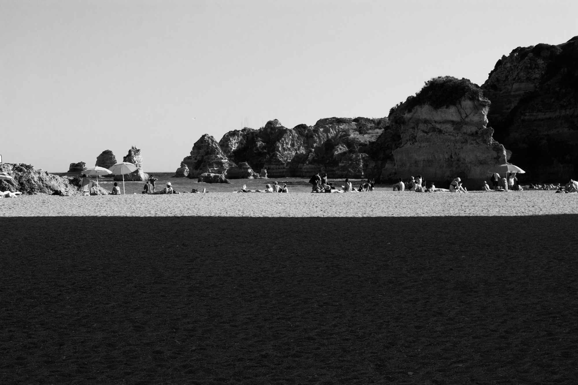 Strandszene mit Felsen, Sonne & Schatten an der Algarve